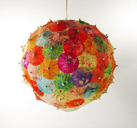 Lampe mit Partyschirmchen (Bild: www.thehaystackneedleonline.com)