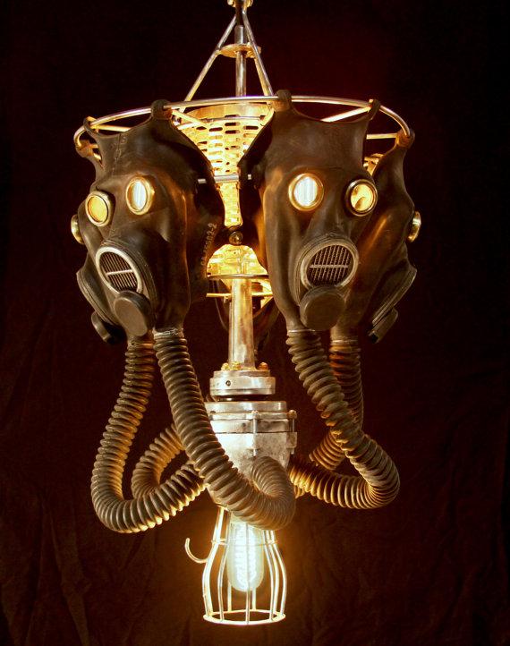 Kronleuchter mit Gasmasken (Bild: AndrewSmithArt via Etsy.com)