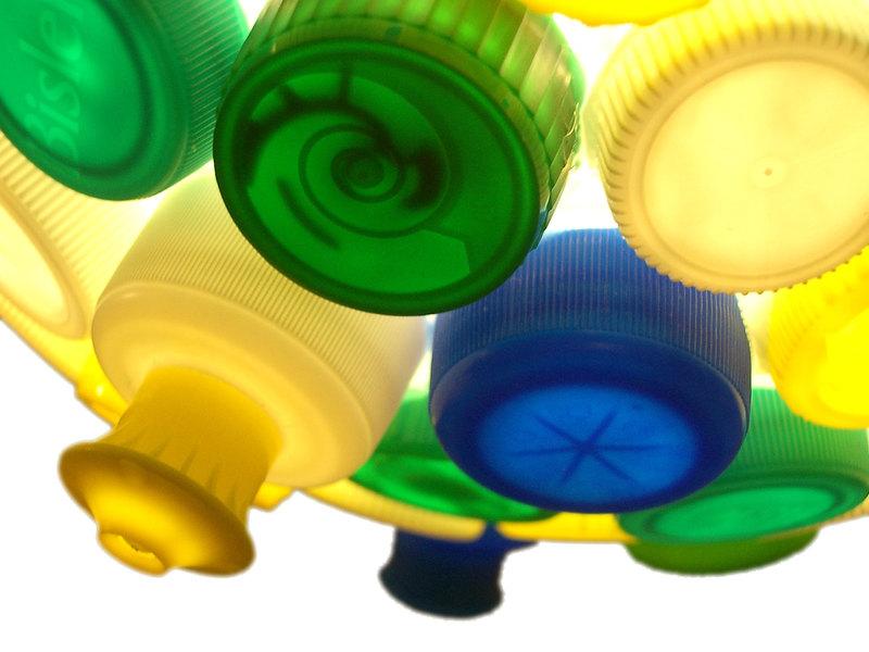 Lampenschirm aus Flaschendeckeln (Foto: Meylenstein via Dawanda)
