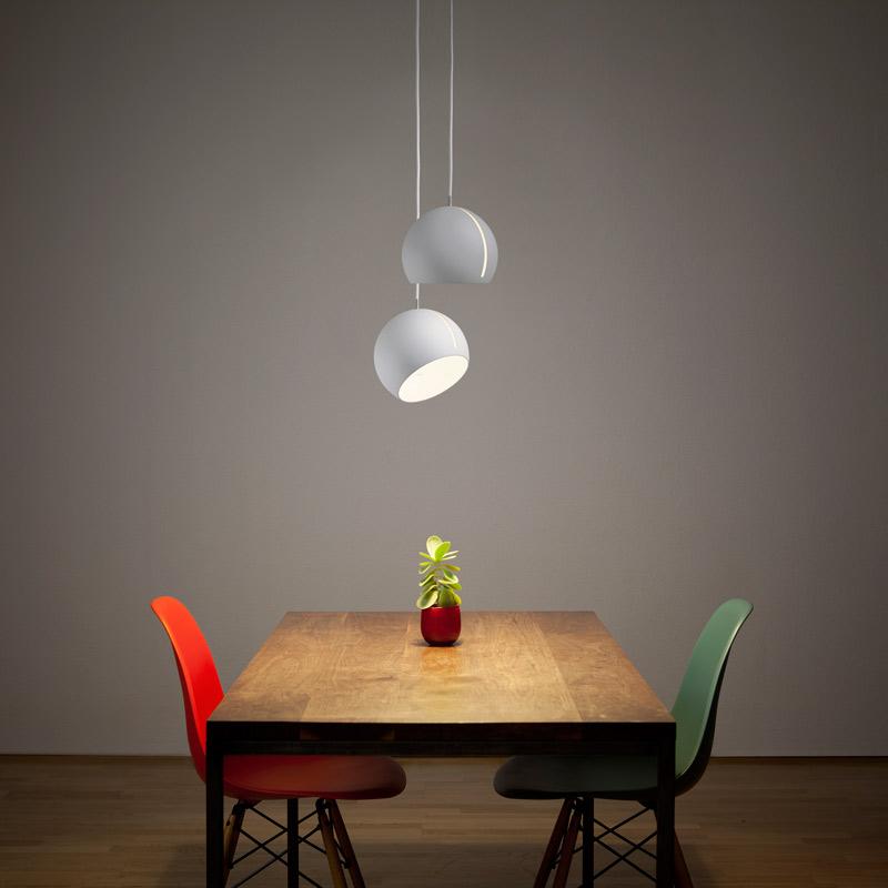"""""""Tilt Globe""""-Pendelleuchte von jjoo design für Nyta (Foto: Nyta)"""