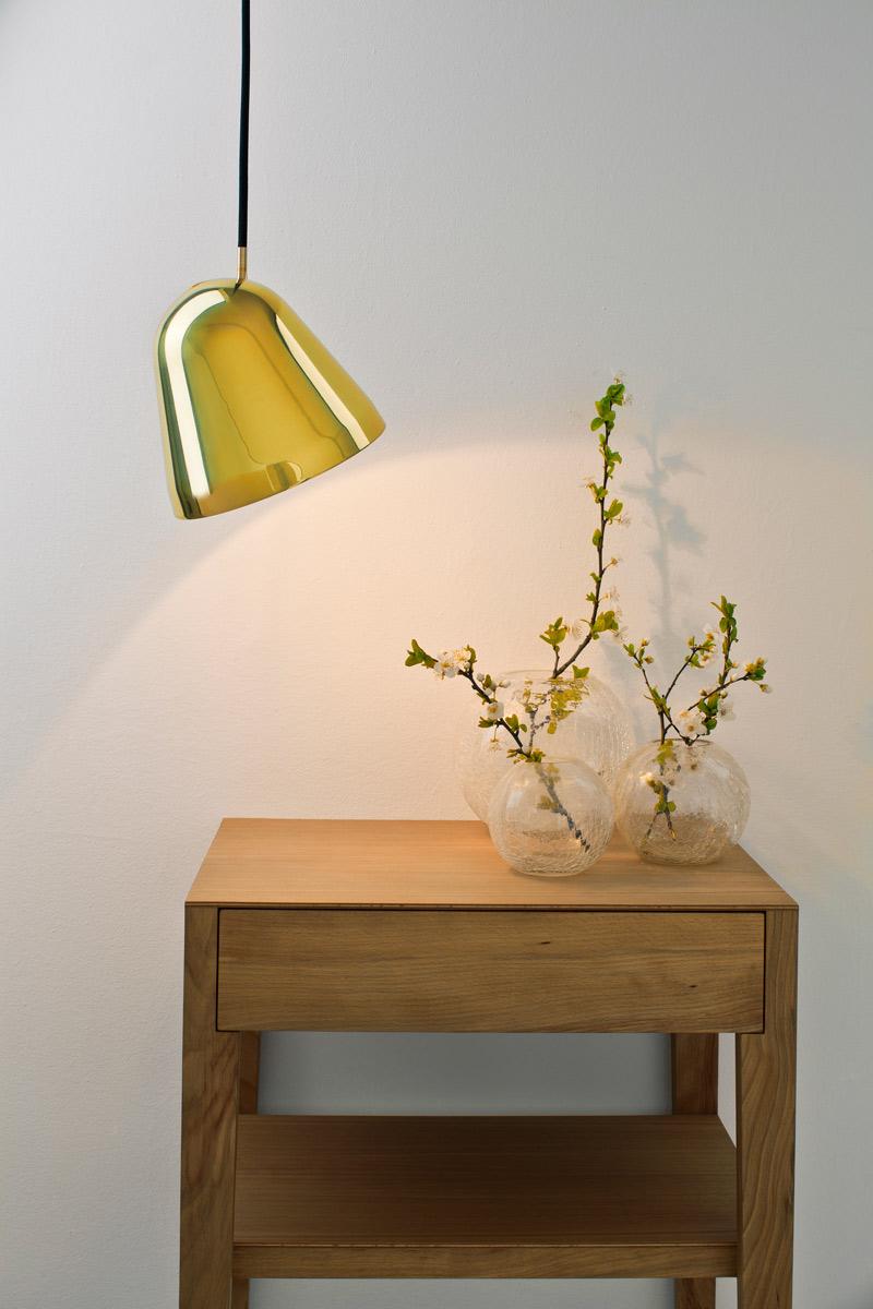 """""""Tilt S Brass""""-Pendelleuchte von jjoo design für Nyta (Foto: Nyta)"""