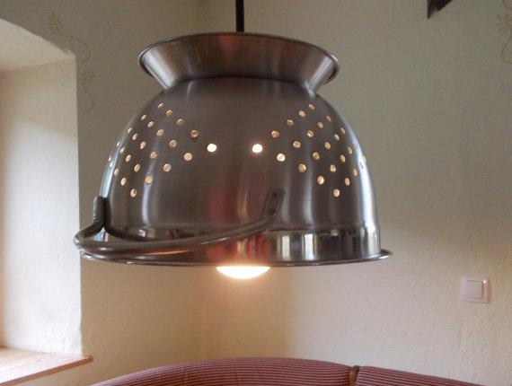Lampe aus Küchensieb (Foto: Etsy.de)