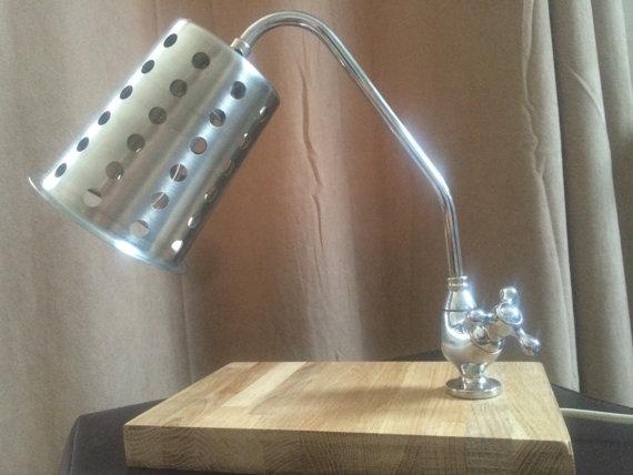 Lampe aus Wasserhahn (Bild: UpCycleLND / Etsy)