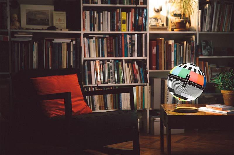 """Das Testbild als leuchte - """"Mono Lamp"""" von Simon Forgacs (Foto: Bence Szemerey)"""