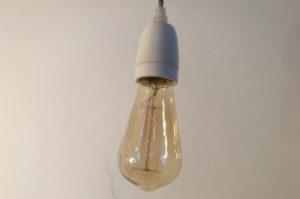 Lampenfassung aus Porzellan mit Vintage-Glühbirne (Foto: kult-lampen.de)