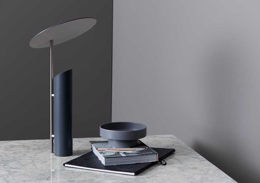 Die Reflect-Leuchte auf einem Schreibtisch