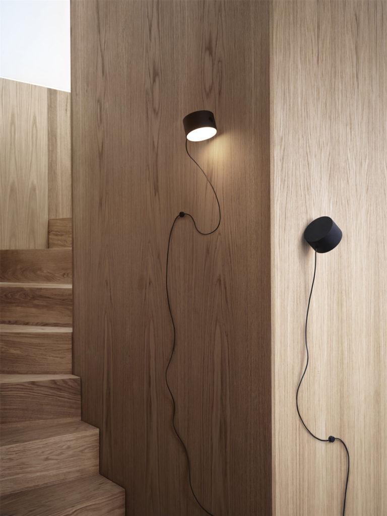 """Mit selbstklebende Magnethalterung: """"Post Wall Lamp"""" von Muuto"""